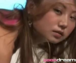 jong aziatisch meisje zuigt af