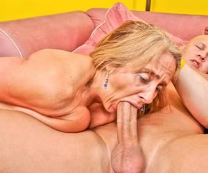 in haar strakke poepgaatje streaming porno met haar harige kut ligt deze vrouw op de bank mooie dame