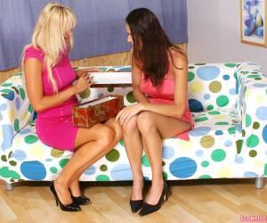 morbid deux lesbiennes font lamour sur le canapé