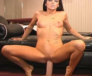 vrouw kreunt bij het neuken met haar harige kut ligt deze vrouw op de bank porno clips geile vrouw stopt dildo in haar lekkere kont