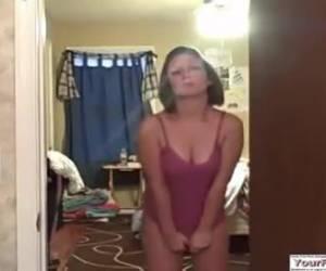 una tetona de coño peludo se hace una paja por webcam