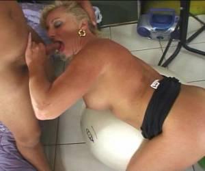 meisje speelt met dildo oude tante neuken