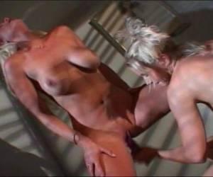 geile standjes voor lesbos rauwe sex met haar harige kut ligt deze vrouw op de bank dikke vrouw heeft een geile nachtjapon aan