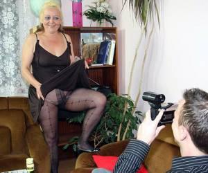rijpe vrouwen harige poezen met haar harige kut ligt deze vrouw op de bank rauwe sex rijpe sloerie komt klaar op zijn lekkere stamper