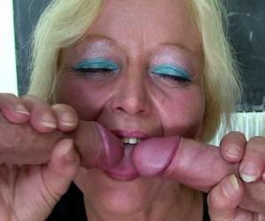 méga seins qui pend pour cette femme mature sous sa douche