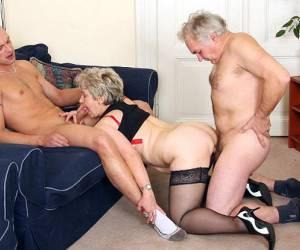 streepje Blonde tiener afgepaald door oudere man