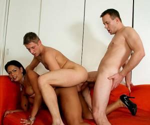 huisgemaakte dubbele penetratie met een frans amateur meisje