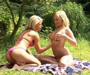 twee geile meisjes hebben een verhit lesbisch onderonsje op vakantie in salou