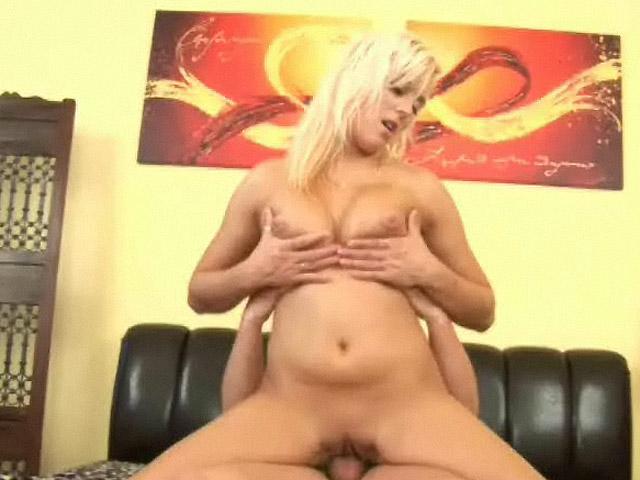.homevideo French Maid sletje genomen in de badkamer