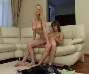 eva angelina haciendo un striptease en un club de alterne